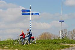 fietsen over de dijk