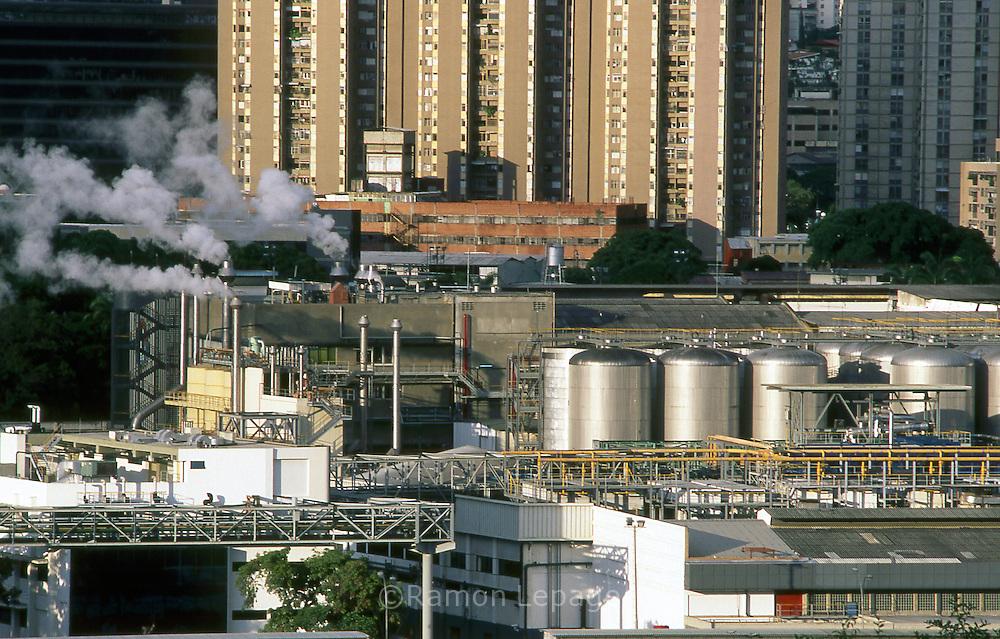 Embotelladora perteneciente a Empresas Polar, ubicada en Caracas.  Bottler plant, this factory belongs to Polar company. (Ramón Lepage/ Orinoquiaphoto)