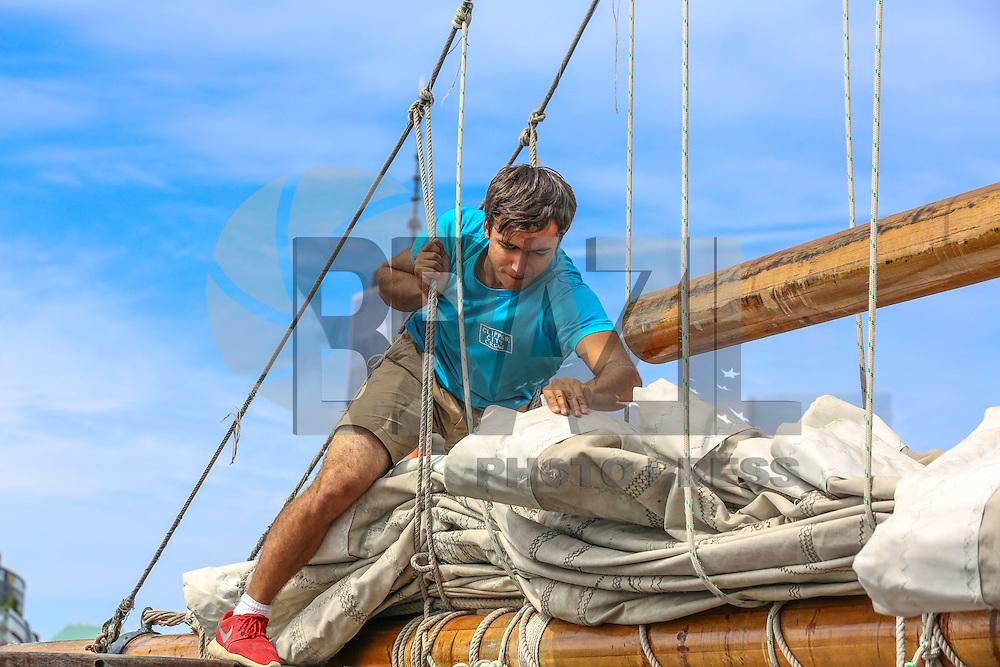 NOVA YORK, EUA, 13.08.2015 - TURISMO-NEW YORK - Jovem recolhe vela de barco na ilha da Manhattan em  Nova Iorque nos Estados Unidos nesta quinta-feira, 13.  (Foto: William Volcov/Brazil Photo Press/Folhapress)