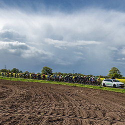 04-05-2019: Wielrennen: Ronde van Overijssel: Rijssen <br />peloton geneutraliseerd het spoor is dicht