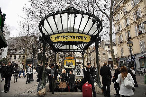 Frankrijk, Parijs, 28-3-2010Ingang van een metrostation met een art nouveau bord.Art nouveau subway entrance.Foto: Flip Franssen/Hollandse Hoogte