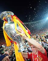 FUSSBALL EUROPAMEISTERSCHAFT 2008  Deutschland 0-1  Spanien    29.06.2008 JUBEL ESP, Torschuetze Fernando Torres mit EURO Pokal, Coupe Henri Delaunay