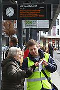 Mannheim. 01.03.17 | BILD- ID 088 |<br /> Innenstadt. Plankenumbau. Auswirkungen auf den Stra&szlig;enbahnverkehr. Am Hauptbahnhof informieren rnv Mitarbeiter &uuml;ber die Plan&auml;nderungen und Streckenverbindungen.<br /> - rnv Mitarbeiter Georg Warsitz<br /> Bild: Markus Prosswitz 01MAR17 / masterpress (Bild ist honorarpflichtig - No Model Release!)