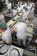 Nederland, Nijmegen, 22-5-2008Centrale keuken van een ziekenhuis. aan de lopende band worden de warme maaltijden voor de patienten opgeschept.Hygiene, dieet, aangepaste voeding.Foto: Flip Franssen