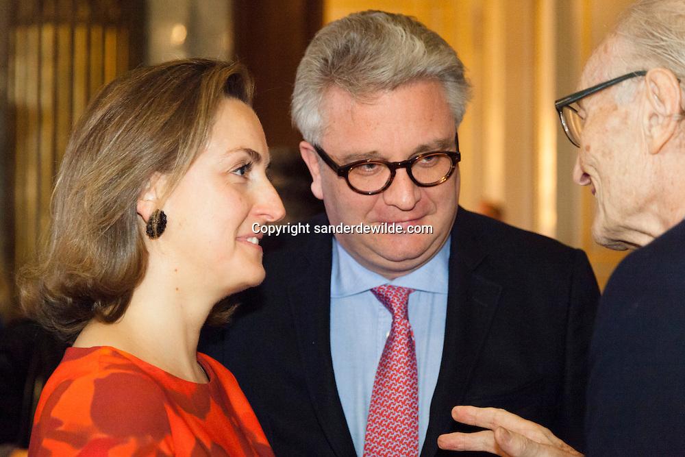 20130129 De jaarlijkse nieuwjaarsreceptie op het Koninklijk Paleis met de voltallige regering. Prins Laurent en Prinses Claire spreken met een bejaarde gast