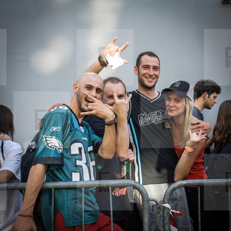 I fans dei Limp Bizkit attendono con ansia l'inizio del concerto all'Alcatraz di Milano.<br /> <br /> Limp Bizkit fans eagerly waiting for the concert beginning at Alcatraz in Milan.