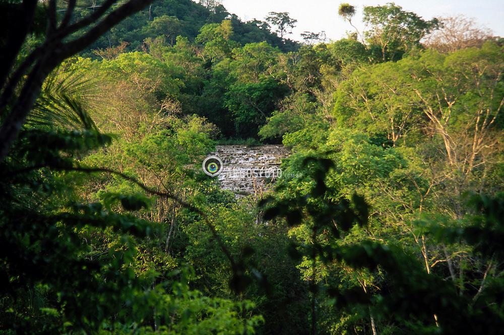 Bonito; Mato Grosso do Sul; Brasil..Belezas naturais do Pantanal Matogrosense. Polo do ecoturismo em nivel mundial, suas principais atracoes sao as belissimas paisagens naturais. As aguas ricas em minerais (bicarbonato de calcio e bicarbonato de magnesio), provenientes do calcario, sendo uma rocha abundante na regiao, resultam em aguas transparentes./ Rapid. Pole of the ecotourism, Bonito has beautiful natural landscapes and transparent water in its rivers, as a result of calcareous rock, common in the region..Foto de Hans Georg/Argosfoto