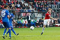 ALKMAAR - 04-10-2015, AZ - FC Twente, AFAS Stadion, AZ speler Guus Hupperts (r) scoort hier de 3-0, doelpunt, FC Twente speler Peet Bijen.
