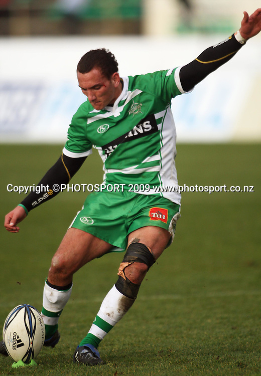 Manawatu first five Aaron Cruden kicks a late penalty to extend the home side's lead to five points.<br /> Air NZ Cup rugby - Manawatu Turbos v Counties-Manukau Steelers at FMG Stadium, Palmerston North, New Zealand, Sunday, 2 August 2009. Photo: Dave Lintott/PHOTOSPORT