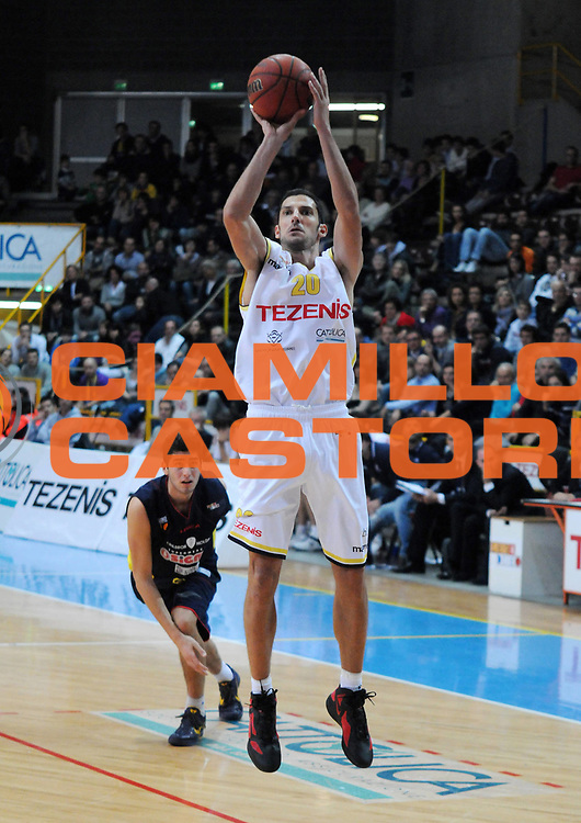 DESCRIZIONE : Verona Campionato Lega Basket A2 2011-12 Tezenis Verona Sigma Barcellona<br /> GIOCATORE : Dusan Vukcevic<br /> SQUADRA : Tezenis Verona<br /> EVENTO : Campionato Lega Basket A2 2011-2012<br /> GARA : Tezenis Verona Sigma Barcellona<br /> DATA : 13/11/2011<br /> CATEGORIA : Tiro<br /> SPORT : Pallacanestro <br /> AUTORE : Agenzia Ciamillo-Castoria/L.Lussoso<br /> Galleria : Lega Basket A2 2011-2012 <br /> Fotonotizia : Verona Campionato Lega Basket A2 2011-12 Tezenis Verona Sigma Barcellona<br /> Predefinita :