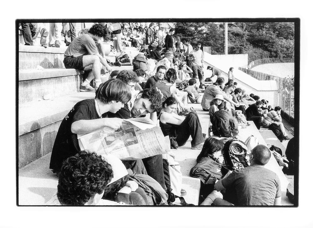 Proteste contro il summit del G8, Genova luglio 2001. Venerdì 20 luglio, corteo dei Disobbedienti. Lettura dei giornali prima della partenza del corteo. Campeggio dello stadio Carlini.
