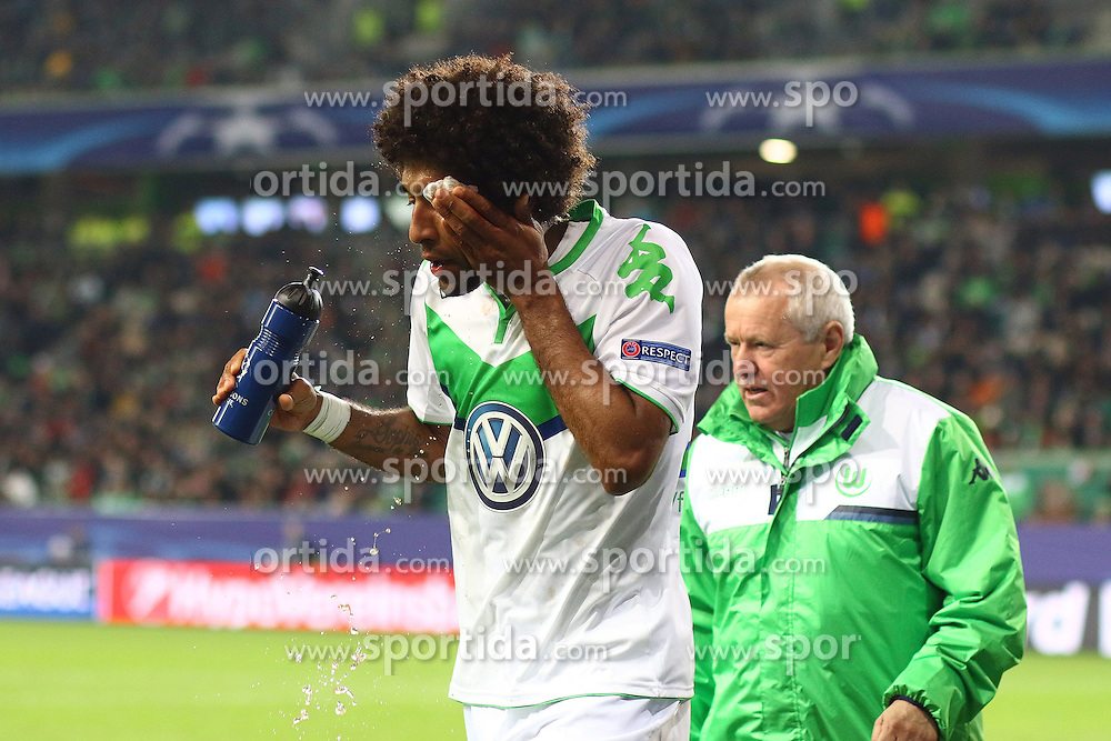 21.10.2015, Volkswagen Arena, Wolfsburg, GER, UEFA CL, VfL Wolfsburg vs PSV Eindhoven, Gruppe B, im Bild Dante (#18, VfL Wolfsburg) muss verletzt vom Platz // during UEFA Champions League group B match between VfL Wolfsburg and PSV Eindhoven at the Volkswagen Arena in Wolfsburg, Germany on 2015/10/21. EXPA Pictures &copy; 2015, PhotoCredit: EXPA/ Eibner-Pressefoto/ Hundt<br /> <br /> *****ATTENTION - OUT of GER*****