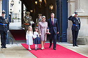Staatsbezoek aan Luxemburg dag 1 / State visit to Luxembourg day 1<br /> <br /> Op de foto / On the photo: Welkomstceremonie bij het Palais Grand-Ducal met  Groothertog Henri en Groothertogin Maria Teresa / Welcome ceremony at the Palais Grand-Ducal  with Grand Duke Henri and Grand Duchess Maria Teresa