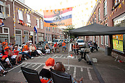 Bewoners van de Violenstraat in de Utrechtse volkswijk Ondiep, de wijk waar Wesley Sneijder vandaan komt, kijken op een scherm naar de WK finale van Nederland tegen Spanje.<br /> <br /> Supporters are watching the finals of the World Championship Soccer 2010 on the street in the Utrecht district Ondiep.