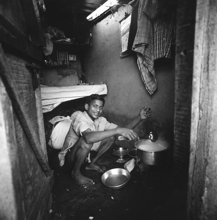 Ragazzo Lavandaio dobhi in pausa mentre cucina il biryani<br /> <br /> Lavandaio dhobi boy paused while cooking the biryani