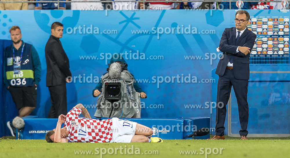 25.06.2016, Stade Bollaert Delelis, Lens, FRA, UEFA Euro 2016, Kroatien vs Portugal, Achtelfinale, im Bild Mario Mandzukic (CRO), Coach Ante Cacic (CRO) // Mario Mandzukic (CRO) Coach Ante Cacic (CRO) during round of 16 match between Croatia and Portugal of the UEFA EURO 2016 France at the Stade Bollaert Delelis in Lens, France on 2016/06/25. EXPA Pictures © 2016, PhotoCredit: EXPA/ JFK