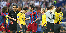 PARIS, FRANCE - WEDNESDAY, MAY 17th, 2006: Arsenal's Jens Lehmann is shown the red card and sent off against FC Barcelona during the UEFA Champions League Final at the Stade de France. (Pic by David Rawcliffe/Propaganda)