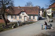 Der Stadtkern von Kralice nad Oslavou (deutsch Kralitz). Die Gemeinde liegt 29 Kilometer westlich des Stadtzentrums von Brno und gehört zum Okres Třebíč. Kralice war bis zur Mitte des 17. Jahrhunderts ein wichtiges Zentrum der Mährischen Brüderbewegung, hier entstand die Kralitzer Bibel.
