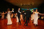 Ludwigshafen. 02.12.17 | <br /> Pfalzbau. Gala-Ball von Tanz-Art Formacon. Wiener Opernballeröffnung unserer Debütanten, ca. 60 Jugendpaare ziehen in den festlich Ballsaal ein und vertanzen 3 Touren der Francaise. Passend zum Wiener Opernballthema alle Damen mit hellen Kleidern und Diadem im Haar, alle Herren mit weissen Handschuhen. <br /> Bild: Markus Prosswitz 02DEC17 / masterpress (Bild ist honorarpflichtig - No Model Release!) <br /> BILD- ID 03421 |
