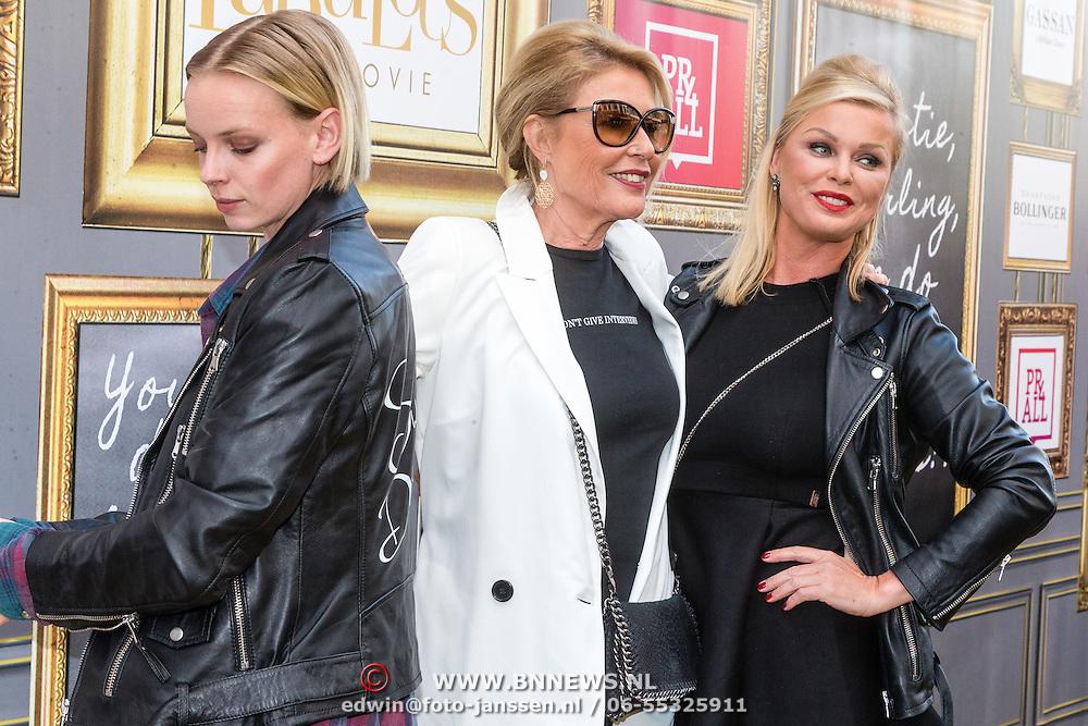 NLD/Amsterdam/20160713 - Premiere Absolutely Fabulous, Bridget Maasland met haar moeder Elly en vriendin Dorith Mous