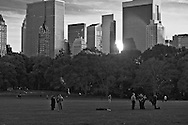 New York. Central park. Sheep meadow. Central park and Manhattan skyline  New York, Manhattan - United states   / Sheap meadow, Central park et les gratte-ciel  Manhattan, New York - Etats-unis