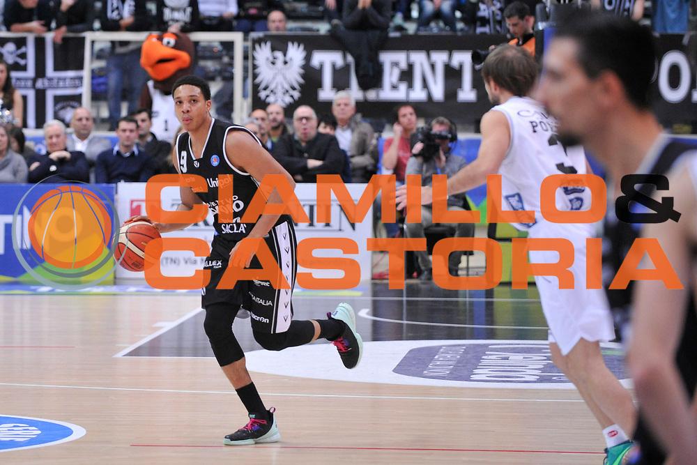 DESCRIZIONE : Trento Lega A 2015-16 Dolomiti Energia Trentino - Consultinvest Pesaro<br /> GIOCATORE : Abdul Gaddy<br /> CATEGORIA : Palleggio<br /> SQUADRA : Dolomiti Energia Trentino - Consultinvest Pesaro<br /> EVENTO : Campionato Lega A 2015-2016 <br /> GARA : Dolomiti Energia Trentino - Consultinvest Pesaro<br /> DATA : 08/11/2015 <br /> SPORT : Pallacanestro <br /> AUTORE : Agenzia Ciamillo-Castoria/GiulioCiamillo<br /> Galleria : Lega Basket A 2015-2016 <br /> Fotonotizia : Trento Lega A 2015-16 Dolomiti Energia Trentino - Consultinvest Pesaro