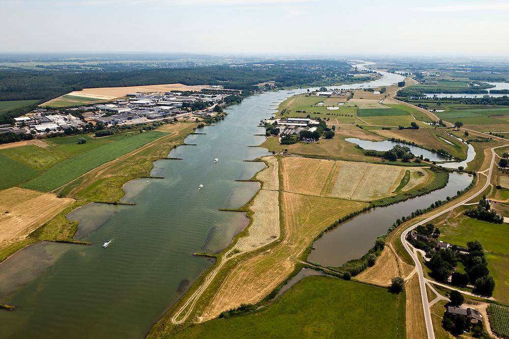 Nederland, Gelderland, gemeente Buren, 08-07-2010; Neder-Rijn, De Tollewaard met steenfabriek. In het kader van het Programma Ruimte voor de Rivier zijn er plannen om de uiterwaard te vergraven: door de uiterwaard komt een nevengeul, rechts van de huidige fabrieksterreinen en aansluitend op de bestaande rivierstrengen..Under the Program 'Room for the River', there are plans to construct a flood trench, right of the factory sites connected to the existing river strands..luchtfoto (toeslag), aerial photo (additional fee required).foto/photo Siebe Swart.