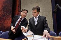 Nederland. Den Haag, 16 februari 2010.<br /> Tweede Kamer, debat rapport Davids, Irak rapport. In vak K : Verhagen toont Balkenende een sms-bericht op zijn mobiele telefoon, na de dinerpauze<br /> Foto Martijn Beekman