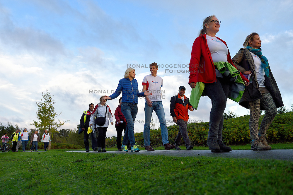 16-09-2015 NED: Leidsche Rijn Diabetes Challenge, Utrecht<br /> Bas van de Goor liep vandaag een stukje met de deelnemers aan de Leidsche Rijn Diabetes Challenge mee. Zo'n 15 deelnemers lopen zo'n 10 km per dag rond de Haarrijnse Plas.