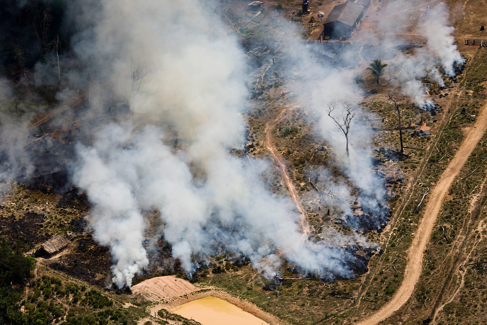 Fires clear the ground for cattle ranching in Sao Felix Do Xingu municipality, in Para State, Brazil, August 12, 2008..Daniel Beltra/Greenpeace