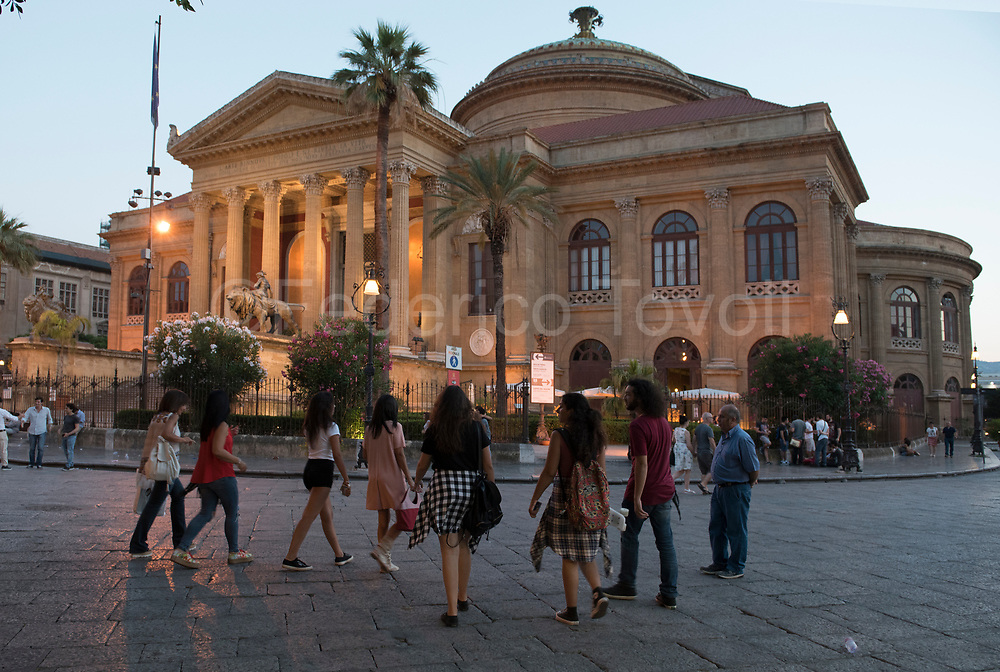 Teatro Massimo, the heart of the historic center, one of the conquests of the new Palermo is the pedestrianization
