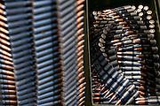 Die Maschinengewehr und Waffen Show in Knob Creek, Luisville, Kentucky, USA, ist die groesste seiner Art in Nordamerika. An drei Schiessstaenden werden Waffen aller Art abgefeuert, vor allem Schnellfeuergewehre. Auch Kinder duerfen hier das Schiessen mit dem Maschinengewehr ueben. Im Angebot ist auch ein Jungle Walk, auf welchem je ein Teilnehmer mit einer Uzi auf im Wald versteckte Metallscheiben schiesst..Bild: Munition fuer Maschinengewehre