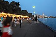 Griekenland,Volos, 5-7-2008Avond in het centrum van deze provinciestad aan het water. Straatbeeld. Langs de boulevard marktkramen met verkoop van boeken en promotie van verschillende culturele en humanitaire organisaties.Foto: Flip Franssen