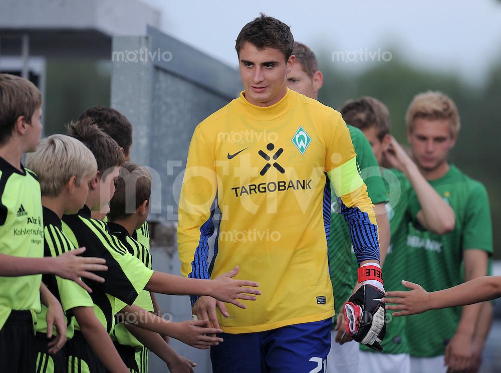 Fussball 1. Bundesliga 2011/2012  Testspiel   17.07.2011 FV Donaueschingen - SV Werder Bremen Torwart Sebastian Mielitz (SV Werder Bremen)  mit Einlaufkids
