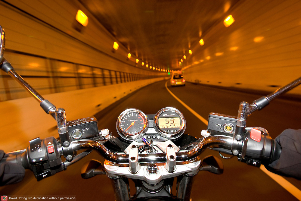 Nederland Rotterdam 4 septmeber 2008 20080904 .Motorrijder in de Maastunnel..Foto David Rozing