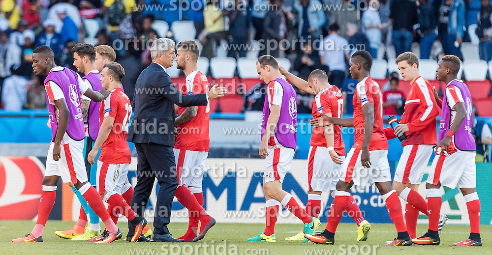 15.06.2016, Parc de Princes, Paris, FRA, UEFA Euro, Frankreich, Rumaenien vs Schweiz, Gruppe A, im Bild Coach Vladimir Petkovic (SUI) mit seinen Spielern // Coach Vladimir Petkovic (SUI) with his Players during Group A match between Romania and Switzerland of the UEFA EURO 2016 France at the Parc de Princes in Paris, France on 2016/06/15. EXPA Pictures © 2016, PhotoCredit: EXPA/ JFK