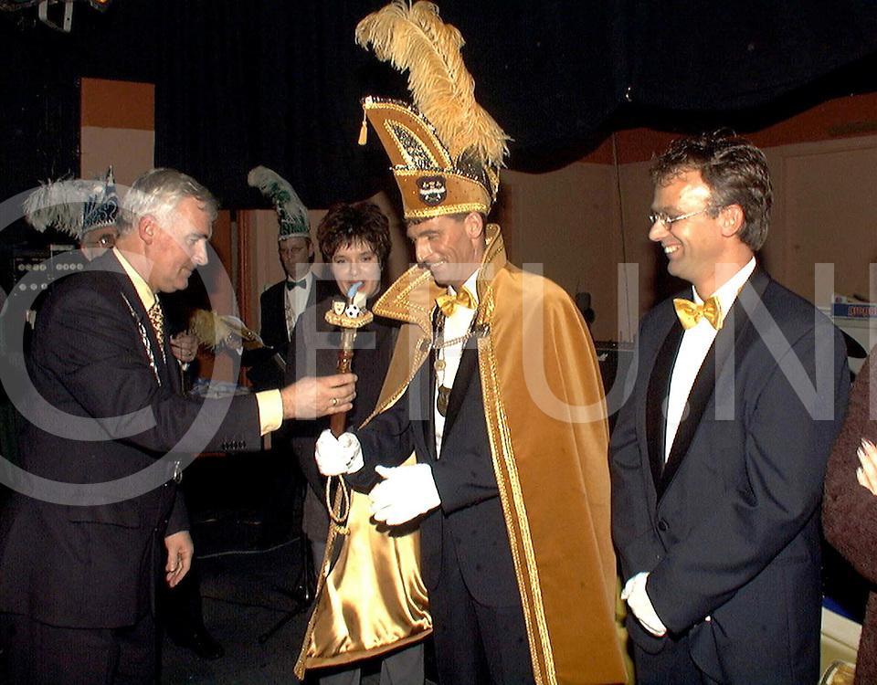 Fotografie Uijlenbroek©1999/michiel van de velde.991113 dedemsvaart ned.prins carnaval verkiezing in het centrum