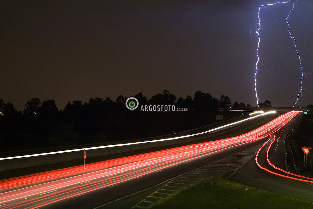 Raio sobre a Rodovia Ayrton Senna a noite / Lightning above Ayrton Senna highway, in Sao Paulo, Brazil,  at night