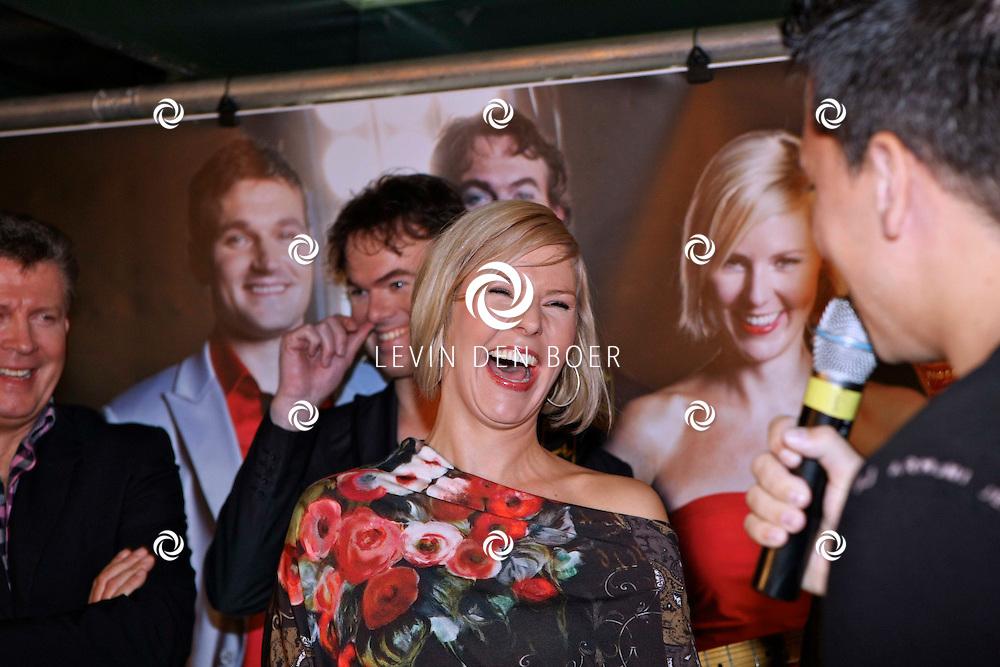 VOLENDAM - In Hotel Spaander presenteerde Mon Amour hun nieuwe CD. Met op de foto Linda Schilder en Jan Smit. FOTO LEVIN DEN BOER - PERSFOTO.NU