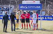FODBOLD: Dommer Michael Johansen med de to anførere Mads Justesen (Hobro IK) og Søren Henriksen (FC Helsingør) før kampen i ALKA Superligaen mellem FC Helsingør og Hobro IK den 8. april 2018 på Helsingør Stadion. Foto: Claus Birch.