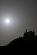 Burg Hohenzollern, beleuchtete Burg bei Mondschein, Vollmond, Schwäbische Alb, Baden-Württemberg, Deutschland.. | ..Hohenzollern Castle at night at full moon, Germany