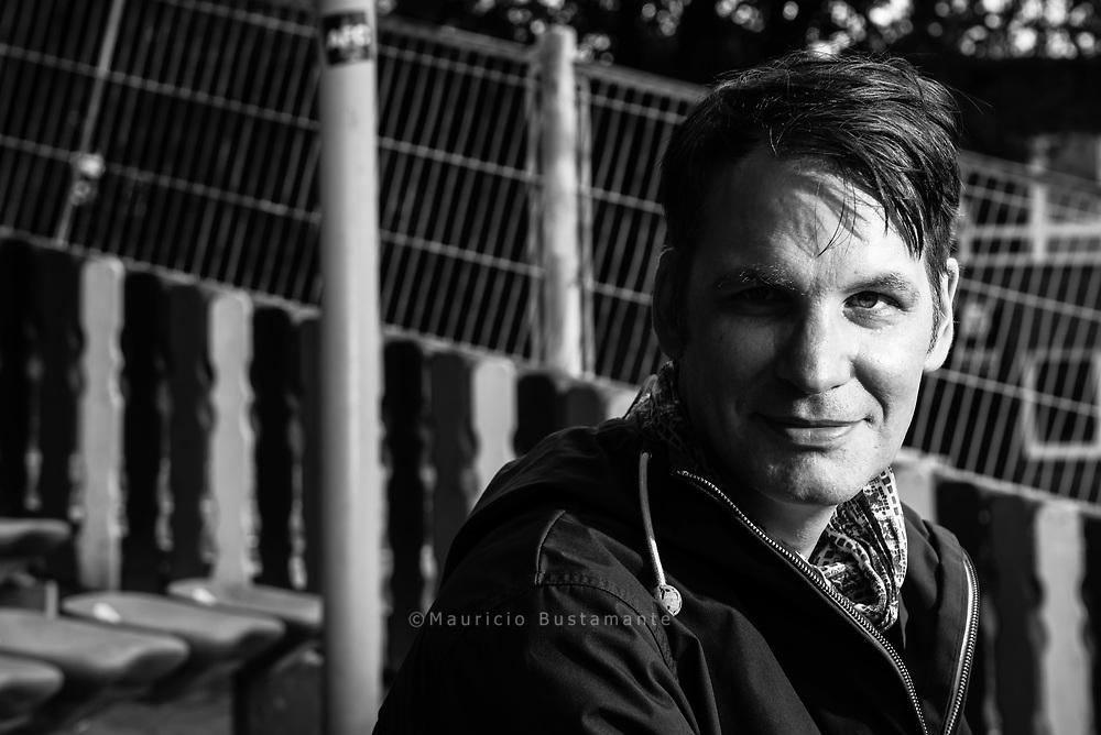"""Carsten Friedrichs ist Sänger und Gitarrist und lebt in Hamburg. Seinen ersten kleinen musikalischen Durchbruch feierte er mit der 1995 gegründeten Band """"Superpunk"""". Bis sich die Band 2012 auflöste, erschienen fünf Studioalben und ein Livealbum. Wenig später war Friedrichs Mitbegründer seiner aktuellen Band """"Die Liga der gewöhnlichen Gentlemen"""". Neben der Musik hat der Hamburger noch eine weitere große Leidenschaft: den Fußball. Auf Tour versucht der HSV-Fan mit seiner Band, an möglichst vielen der Tourstationen ein Amateurspiel zu besuchen."""