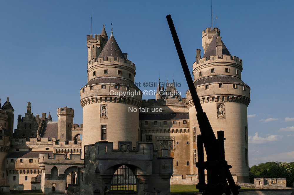 France, Hauts-de-France, ex Picardie, Oise 60), Compiégnois, bourg de Pierrefonds, le château rénové par Violet-le-Duc // France, Hauts de France, ex Picardy region, Oise county, Compiegnois land, village of Pierrefonds, Castle renovated by Violet-le-Duc France, Hauts-de-France, Oise