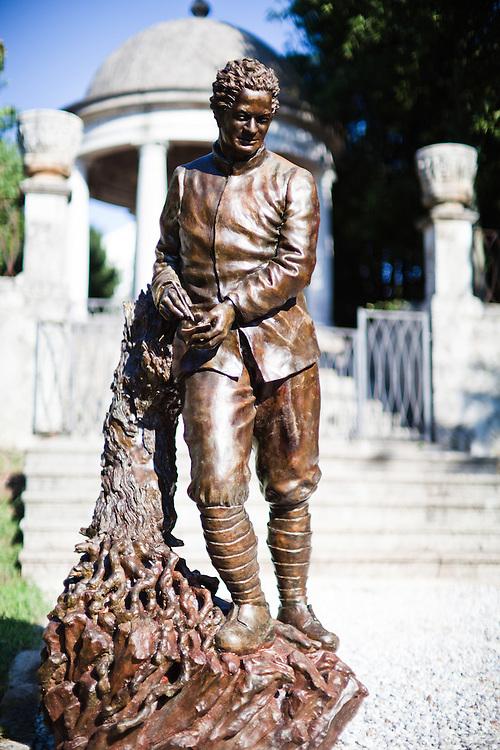 Sagrado (Gorizia) - Il parco Ungaretti, presso l'azienda agricola Castelvecchio - La statua raffigurante Giuseppe Ungaretti, opera di Paolo Annibali