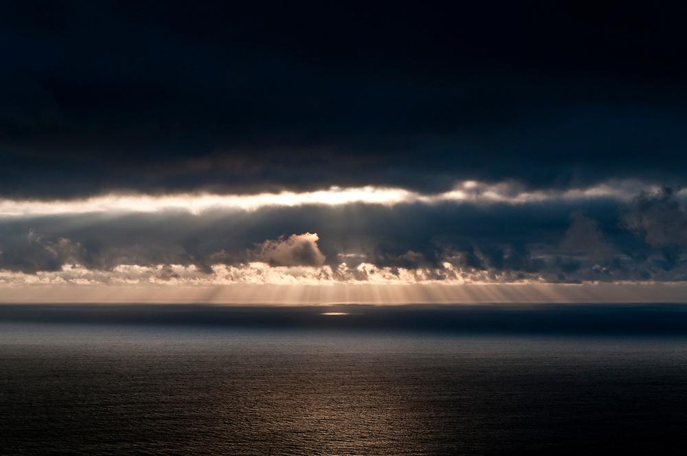 Kap Fisterre,Cabo Fisterre,Spanien,Galizien, Provinz A Coruna  Blick vom westlichsten Punkt Europas Nahe des Ortes Finisterre  - Finisterra - dem Ende der Welt aus europäischer Sicht -  hinaus auf den Atlantik   |  view out onto  the Atlantic Ocean from a hill over Finisterre in Spain   |