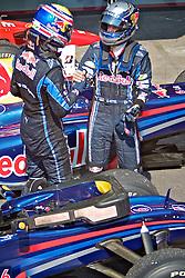O piloto alemão de Fórmula 1 Sebastian Vettel (R) aperta a mão do seu companheiro de equipe Red Bull, Mark Webber após vencer o Grande Prêmio Brasil em Interlagos, São Paulo em 7 de novembro de 2010. O resultado levou a Red Bull a ser campeão de construtores pela primeira vez. FOTO: Jefferson Bernardes/Preview.com