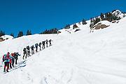Bild einer Gruppe Schneeschuhwanderer mit Bergführer auf der Weg zum Regenflueli in Eigenthal Kanton Luzern