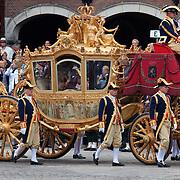 Nederland, Den Haag , 15-09-2009 PRINSJESDAG Koningin Beatrix ,prinses Maxima en prins Willem Alexander verlaten Het Binnenhof in de gouden koets na het uitspreken van de troonrede waarmee het  nieuwe parlementaire jaar is geopend. FOTO: Gerard Til   /  Hollandse Hoogte