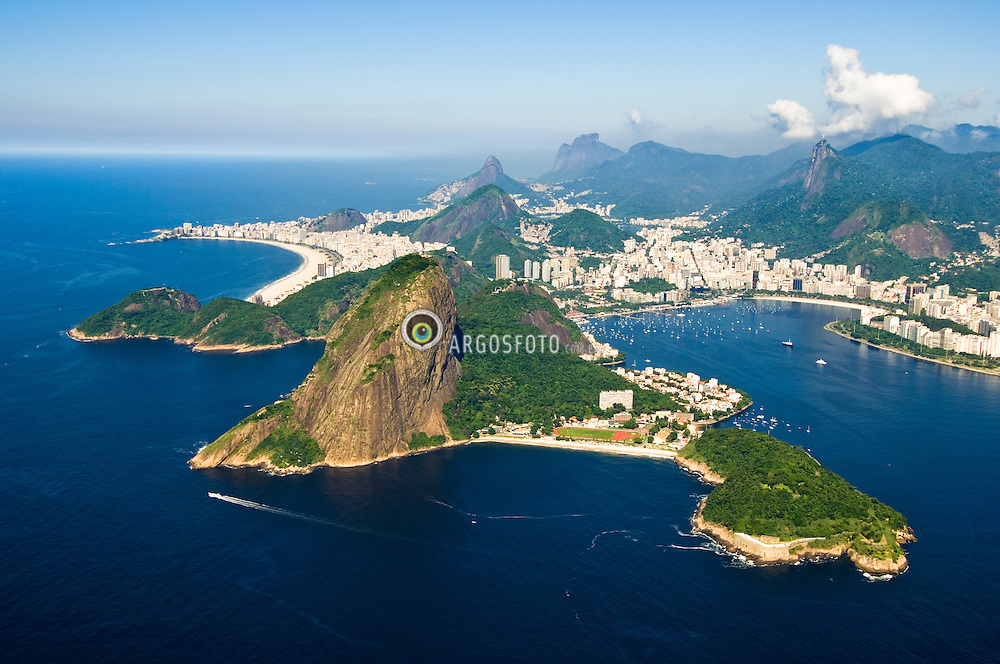 Rio de Janeiro visto de cima, com o Pao de Acucar e a Praia Vermelha no primeiro plano, Copacabana a esquerda, Praia de Botafogo a direita e ao fundo, as montanhas  Dois Irmaos, Pedra da Gavea e Corcovado / Rio de Janeiro from above, with the Sugarloaf Mountain and the Red Beach at the first plane, Copacabana Beach at left, Botafogo Beach at right and other mountains at the background.
