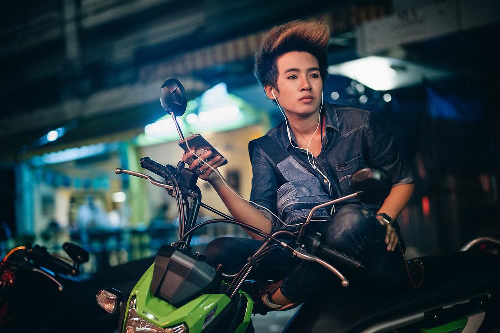 """Pattaya, April 10, 2017 - Black Angel is a TomBoy, and she is barmaid at  the Oscar Club, The best and most popular place to meet Toms in Pattaya located off Soi Buakhao. When I first entered this place one of the many hot (and handsome) Tomboys giggled while asking me: """"Are you a Adam?"""" That's how they call guys who like Toms here in Thailand. This place is mainly a karaoke but they also have a big main room where it feels more like a bar or pub how the Thais like to say.Pattaya, 10 avril 2017 - Black Angel est un TomBoy, et elle est barmaid à l'Oscar Club, le meilleur et le plus populaire endroit pour rencontrer des Toms à Pattaya situé à Soi Buakhao. Quand je suis entré pour la première fois dans cet endroit, l'un des nombreux Tomboys chauds (et beaux) a gloussé en me le demandant : """"Es-tu un Adam ?"""" C'est comme ça qu'on appelle les gars qui aiment les Toms ici en Thaïlande. Cet endroit est principalement un karaoké mais ils ont aussi une grande salle principale où l'on se sent plus comme un bar ou un pub comme les Thaïlandais aiment le dire."""